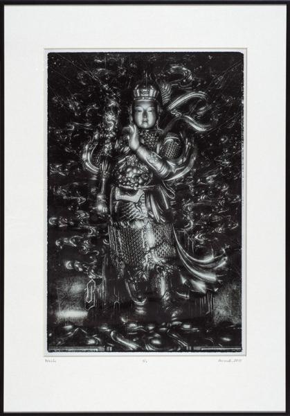 [Против злых духов...] Акимов Андрей. «Вэйто. Юнхэгун (Дворец Мира иГармонии, Храм Ламы) Тибетский буддийский храм, Пекин». 2018. Бумага, металлик, цифровая печать. 62×42см (всвету), 45×30см (отпечаток).