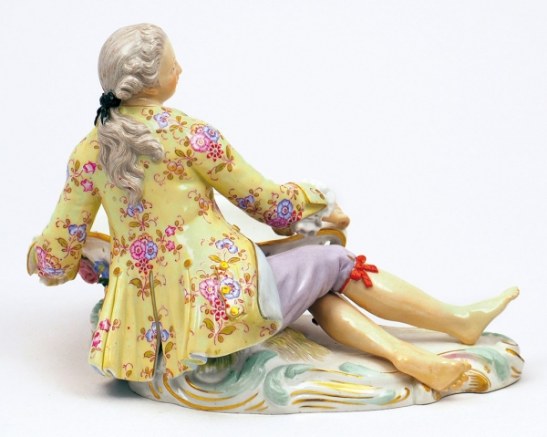 Ваза-конфетница «Юноша свазой». Германия, Мейсенская фарфоровая мануфактура. Начало ХХвека. Фарфор, надглазурная полихромная роспись. Высота 12см.