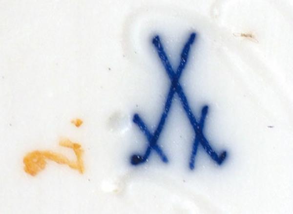 Скульптура «Амур, затачивающий стрелу». Германия, Мейсенская фарфоровая мануфактура. Третья четвертьХХ века. Фарфор, надглазурная полихромная роспись. Высота12,5см.