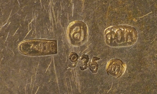 Флакон сцветочным орнаментом. Западная Европа. Начало ХХвека. Серебро, гильошированная эмаль. Высота 5см. Вес48,3г.