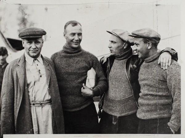 Пять фотографий авиаторов: В.Чкалова, А. Туполева, А.Белякова иГ.Байдукова.
