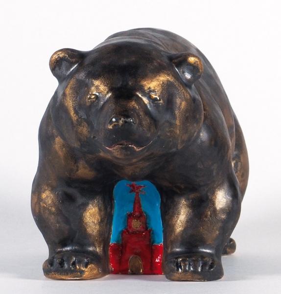 Уваров Виктор. «Кремлевский медведь». 2012. Керамика, глазурь, холодная глазурь. 14x27x11см.