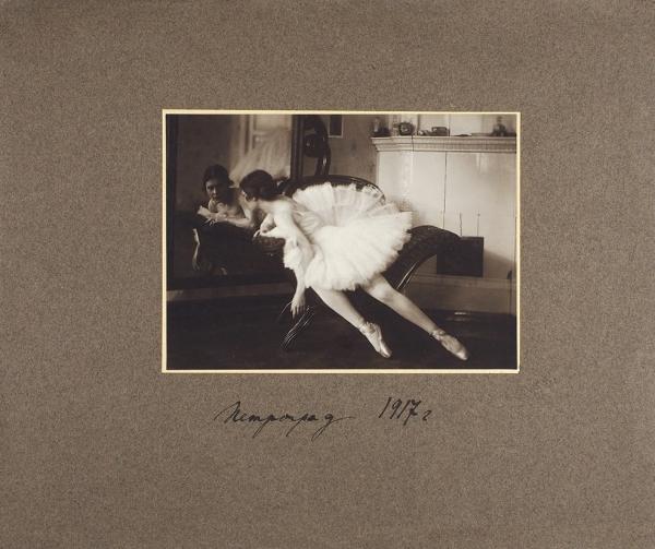Фотография Лили Брик вбалетной пачке ссобственноручной надписью/ фот. Ауксман.1917.