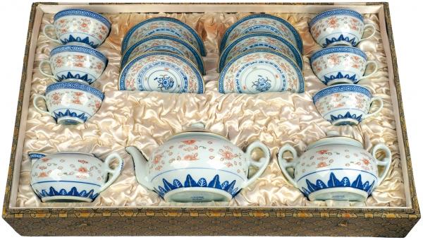 [Подарок маршалу Буденному] Чайный сервиз нашесть персон воригинальной подарочной коробке: чайник, сахарница, молочник, шесть чашек сблюдцами. КНР. 1950-е. Фарфор, роспись, золочение. Высота чайника 9см, сахарницы 8см, молочника 7см, чашки 5см. Диаметр блюдца 14см. Размер коробки 37×60,5×17,5см.