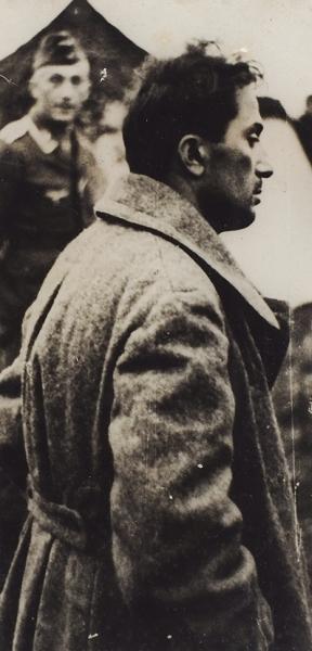 [«Сын Сталина внемецких руках»] Три фотографии военнопленного Якова Джугашвили навоенном аэродроме вожидании самолета для доставки надопрос/ фото Генриха Гофмана.23.08.1941.