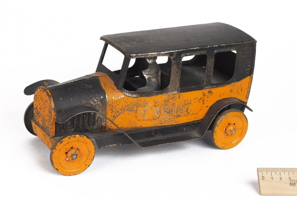* [Они как настоящие!] Коллекция из21модели американских игрушечных автомобилей. США, [1900-1930-е гг.].