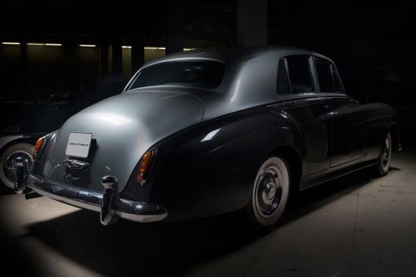 [Всего было собрано 3538экземпляров] Bentley S1. Год выпуска: 1958. В1955 году вышла всвет иполучила звание «Автомобиль года» вАнглии модель Bentley S1— представитель легендарной британской автокомпании. Эта роскошная модель оснащена двигателем 4,9литра, мощность достигает 177 л.с., и, несмотря навнушительные габариты ивес, может развивать скорость до191км/ч. Bentley S1выпускались с1955 по1959 годы ивсего было собрано 3538экземпляров.