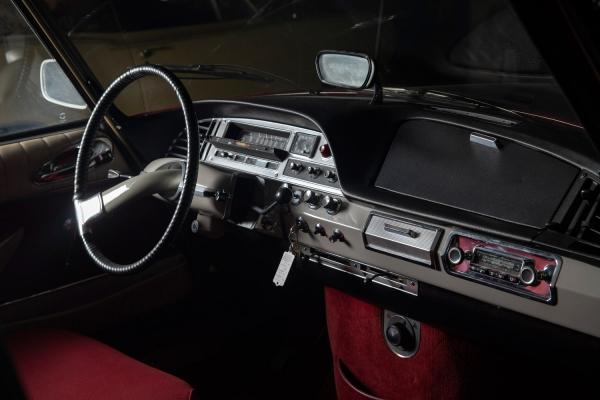 [В1965 году гостивший вСССР Шарль деГоль подарил черный Citroen DSЮрию Гагарину...] Citroen DS19. Год выпуска: 1967. Самую настоящую сенсацию нарынке автомобилестроения середины прошлого столетия произвела модель, сломавшая все каноны иустои, опередившая время минимум напару десятков лет вперед, это легендарная Citroen DS19 (1967г.). Она была признана самым красивым автомобилем столетия. Такой концентрации изобретений инеобычных технических решений водном автомобиле никогда небыло! Модель впервые появилась 5октября 1955 года в9часов утра наПарижском автосалоне, уже спустя 45минут машину заказали 749посетителей, кконцу дня ихчисло превысило 12тысяч, всегоже занеделю поступило 80тысяч заказов. Инеудивительно: фантастический дизайн всовокупности снепревзойденными новейшими достижениями технического прогресса впервые были доступны массовому покупателю. Citroen DS19стал самым сложным исамым совершенным вмире автомобилем, скоторым немогла сравниться абсолютно ниодна марка.