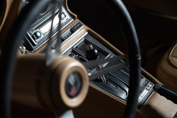 [«Corvette T-Top Шерон Стоун продала наблаготворительном аукционе вподдержку фонда сэра Элтона Джона»] Chevrolet Corvette T-Top. Год выпуска: 1970. Chevrolet Corvette T-Top является одним изсамых известных американских спорткаров. Эффектный дизайн ивыдающиеся ходовые характеристики сделали эту модель самой популярной, особенно посравнению спредшественниками.