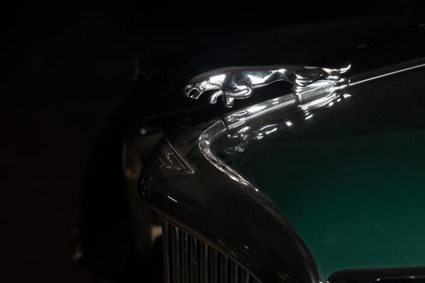 [Убританской королевы Елизаветы IIбыл Jaguar Mark VII...] Jaguar Mark IХ. Год выпуска: 1960. Jaguar Mark IX— это четырехдверный роскошный седан, который был анонсирован 8октября 1958 года ипроизводился впериод с1958 по1961год. Визуально онбыл идентичен повнешнему виду спредшественником Mark VIII, ноимел более усовершенствованный двигатель объемом 3,8 литра мощностью 220 л.с., 4-колесные дисковые тормоза игидроусилитель руля. В1958 году Jaguar Mark IXбыл протестирован британским журналом The Motor иразвивал максимальную скорость 184км/ч, разгоняясь до100км за11,3секунды.