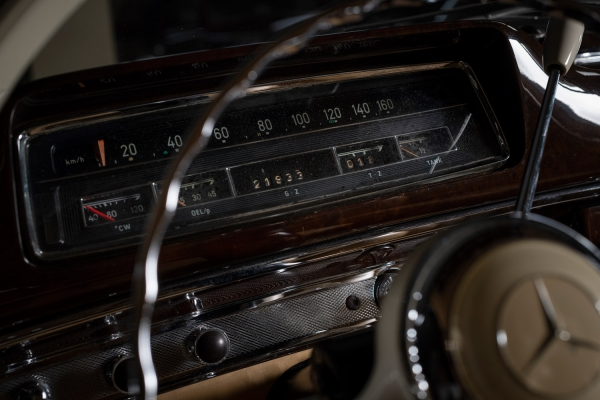 [Доноября 1960 года было выпущено всего 1112 кабриолетов W128] Mercedes-Benz 220SE Ponton cabriolet (W128). Год выпуска: 1959. В1958-м происходит техническая революция— всерийное производство идут двигатели свысокоточной механической системой впрыска топлива Bosch, иW180 (220S) заменяются наW128, известные как Mercedes-Benz 220SE (E— Einspritzmotor, инжекторный двигатель). Mercedes-Benz W128 выпускался недолго: с1958 по1960 год ибыл последним изсерии «Ponton». Кстати, название «Ponton», снемецкого «крылья», автомобиль получил занесущий трехобъемный кузов сослившимися передними изадними крыльями, что истало особенностью внешнего вида автомобилей Mercedes-Benz послевоенного периода. Доноября 1960 года было выпущено 1112 кабриолетов W128. Оснащенные 6-цилиндровым двигателем объемом 2,2 литра имощностью 115 л.с., они разгонялись до165км/ч.