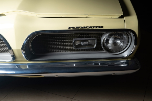 [Редчайший экземпляр из937автомобилей, созданных дизайнерами специально для женщин...] Plymouth Barracuda. Год выпуска: 1968. Plymouth Barracuda— редчайший автомобиль изсерии MOD TOP, соспортивными амбициями сегмента Pony Car, выпускаемый корпорацией Chrysler всего 10лет: c1964 по1974год. Они были созданы вкачестве альтернативы очень популярному втовремя иуникальному классу автомобилей «мускул-карам», которые имели достаточно крупные размеры ибыли оснащены мощными двигателями, ностоили очень дорого ипозволить себе такую покупку мог далеко некаждый. Корпорация Chrysler первая представила автомобиль всегменте Pony Car, этим автомобилем был Plymouth Barracuda. Реклама Plymouth Barracuda тогда гласила: «Что еще можно сказать про новый автомобиль, который так выглядит, имеет 5сидений истоит меньше $2500?»