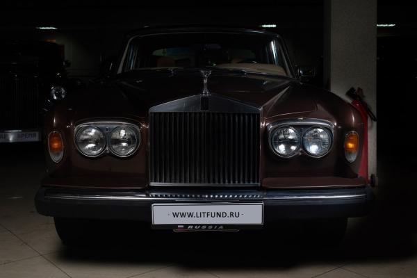 [Экземпляр Rolls-Royce Silver Shadow IIподарила королева Елизавета IIЛ.И. Брежневу] Rolls-Royce Silver Shadow II. Год выпуска: 1979. Самое выгодное предложение этого аукциона— Rolls-Royce Silver Shadow II1979 года выпуска. История, начавшаяся более 100 лет назад, вдалеком 1904году, досих пор сохранила тоочарование ироскошь, ради чего долгое время бились создатели бренда. Экстравагантность икомфорт всочетании сбезупречным качеством этих классических автомобилей сделали элитную британскую марку Rolls-Royce лучшей излучших всвоем классе. Обэтом свидетельствует ито, что эти роскошные автомобили предпочитали члены королевских семей, бизнесмены, звезды шоу-бизнеса. Одним изпервых покупателей стал Нельсон Рокфеллер. Отмиллионеров неотставали иимператоры: Rolls-Royce появились ивгараже НиколаяII.