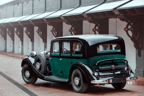 [Один извсего около 300 Horch 951 был подарен Гитлером маршалу Маннергейму...] Horch 951 Pullman-Limousine. Год выпуска: 1939. Horch 951— один изсамых дорогих ироскошных автомобилей 30-x годов, идеально сочетающий всебе мощность икомфорт. Автомобиль изготавливался поиндивидуальным заказами, поскольку стоил очень дорого, очередь заним выстраивалась только изчинов высшего генералитета Германии. Всего было выпущено около 300автомобилей. Один Horch 951 был подарен Гитлером маршалу Маннергейму взнак благодарности зато, что тот непустил Сталина вФинляндию. Особенно много пульман-лимузинов Horch 951 было внемецких посольствах запределами Рейха. Один такой разъезжал даже поМоскве.