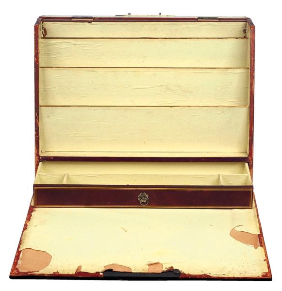 Бювар сгербом рода Ханыковых. Первая половина XIXвека. Кожа сзолотым тиснением, вышивка бисером поканве. Размер32,5×16×41см.