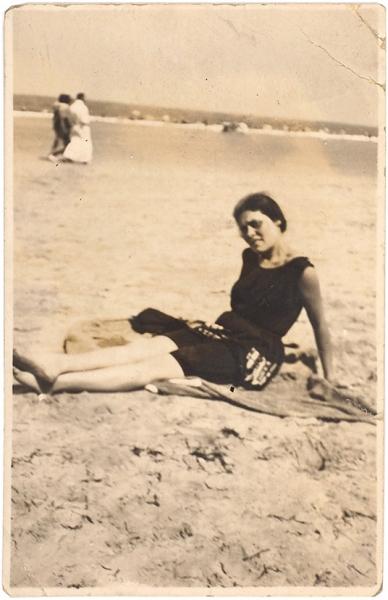 Две миниатюрные фотографии Лили Брик сМаяковским напляже. [Нордерней, 1923].