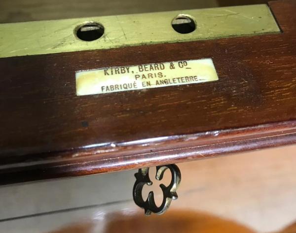 [Для истинных джентльменов...] Сервировочный бар-хьюмидор. Англия: Kirby, Beard &Co., 1950-е. Вишня, металл. Верхняя часть столика является хьюмидором, средняя часть столика-бара открывается иимеет поворотный механизм иотделения для сервировки бутылок ибокалов, атакже хранения табака итрубок.