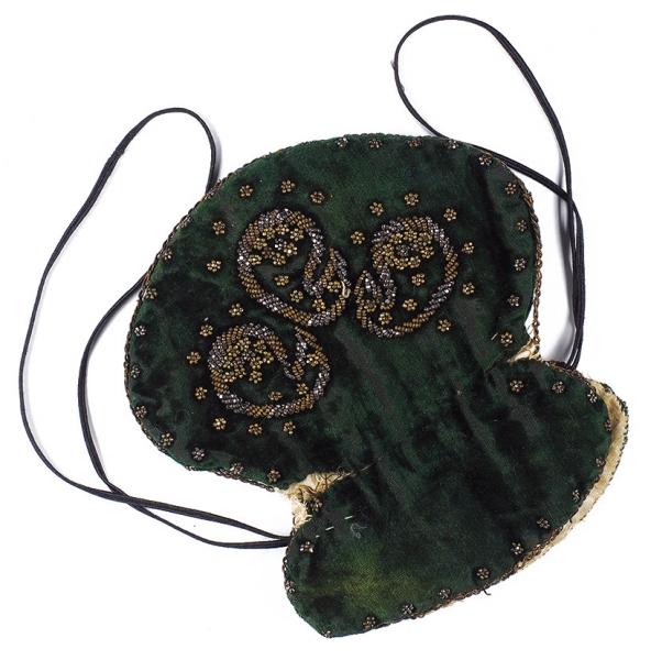 Кольцо изволос, полегенде принадлежавшее Наталье Гончаровой иподаренное еюсвоему жениху— А.С. Пушкину.