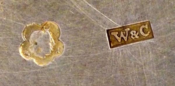 Дорожный стакан ссетчатым орнаментом воригинальном кожаном футляре. Австро-Венгрия, Вена. Конец XIX— началоХХ века. Серебро, золочение. Высота 9см. Вес 111,8г.