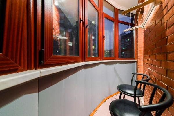 Квартира 115кв. м— наТверской-Ямской. Ул. 4-я Тверская-Ямская, д.22. Обобъекте: Трехкомнатная квартира сдорогой отделкой вклассическом стиле. Планировочное решение включает всебя: просторную гостиную-столовую сантикварной мебелью, кухню, кабинет, спальню, два санузла, лоджию, прихожую-гардеробную. Напольное покрытие— паркет. Квартира меблирована, оборудована сантехникой, атакже бытовой техникой. Окна выходят втихий двор ивнутреннюю придомовую территорию.
