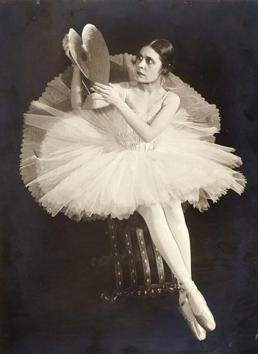 Оригинальная фотография Лили Брик вбалетной пачке сбумажным сердцем. [1918].