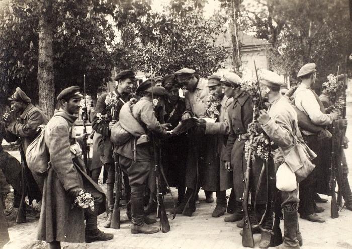 Два фото красноармейцев соштампами наобороте «Комиссия посбору военно-исторических материалов освободительной войны отбольшевиков». 1918-1919гг.