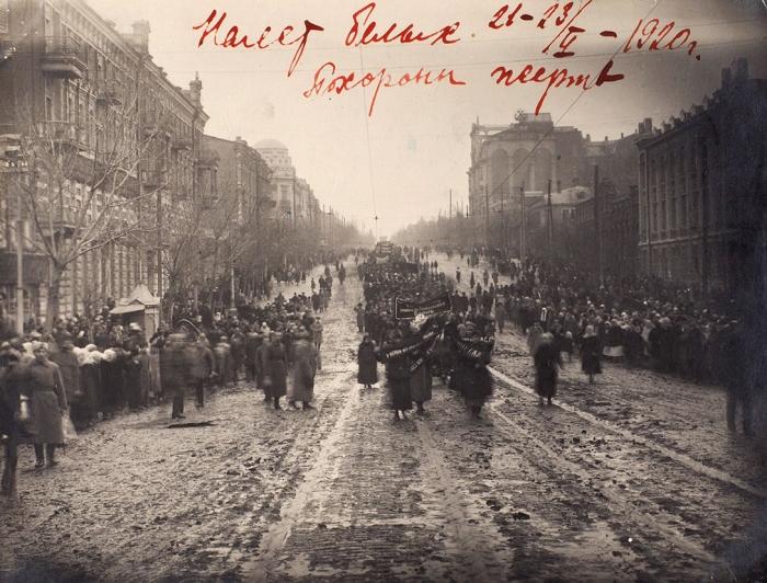 Два фото после налёта белых 21-23 февраля 1920 года наРостов-на Дону. Ростов-на-Дону, 1920.