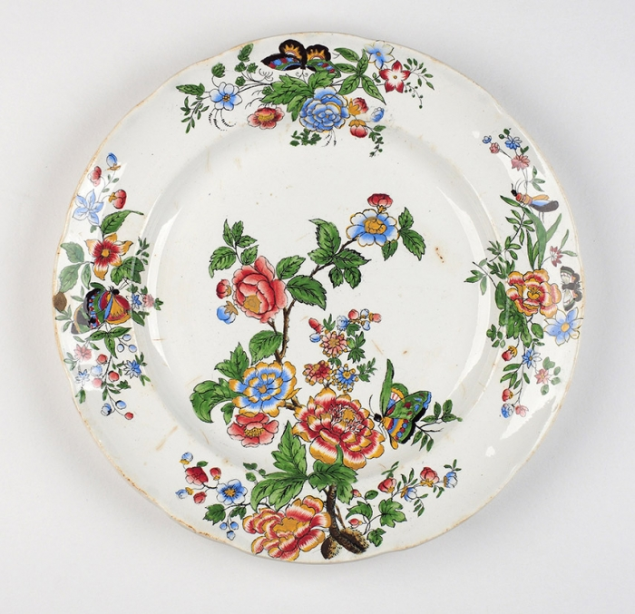 [Собрание семьи Н.М. Шверника] Три тарелки «Цветы». Англия, фарфоровая мануфактура «Коупленд иГаррет (Copeland &Garrett) вСток-он-Тренте». 1833-1847. Фаянс, роспись. Диаметр 26см.