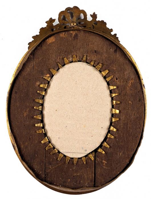 Неизвестный художник «Женский портрет». Первая половина XIXвека. Рамка— третья четверть XIXвека. Кость, акварель. Размер 5x3,5см (всвету).