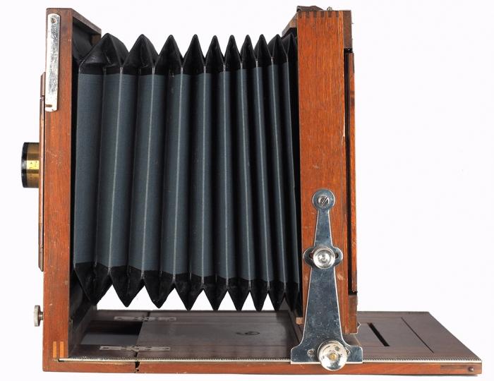 Деревянная фотокамера «Оскар Кант» №192547 формата 18x24см собъективом Kaelar Serie II. Предположительно конец XIX— началоХХ века. Размер32,3x28,7x9см.
