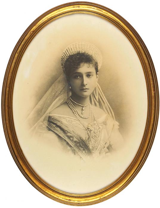 Две фотографии: портрет НиколаяII, портрет Александры Федоровны. 1890-е гг.; отпечаток 1920-х гг. (?).