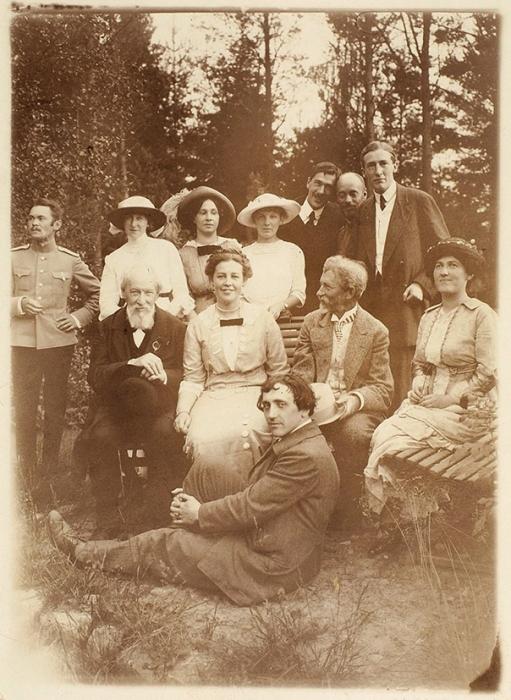 Неопубликованная фотография: И.Е. Репин, его жена Наталья Нордман, К.Чуковский сженой, Н.Н. Евреинов идругие. Пенаты, 1907-1913.