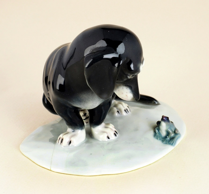 [Собрание семьи Н.М. Шверника] Скульптура «Собака илягушонок». Германия, фарфоровый завод «Галлуба иХофман (Galluba &Hofmann)». 1905-1937. Фарфор, роспись. Высота10,5см.