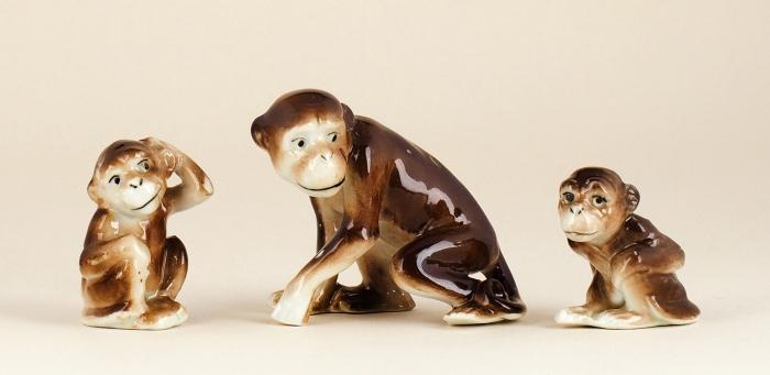 [Собрание семьи Н.М. Шверника] Скульптурная группа «Мартышка сдетенышами». Западная Европа. 1950-е— 1960-е. Фарфор, роспись. Высота6,3см, 5,3см, 4,5см.